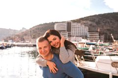 Pares novos bonitos que apreciam o dia perto do mar fotografia de stock royalty free