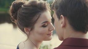 Pares novos bonitos que apreciam o momento íntimo Momento sensual do amor filme
