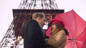 Pares novos bonitos que beijam maciamente sob o guarda-chuva, data romântica em Paris vídeos de arquivo
