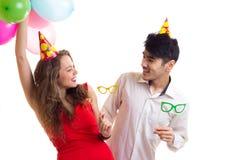 Pares novos com balões Imagens de Stock Royalty Free