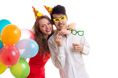Pares novos com balões Fotos de Stock Royalty Free