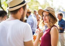 Pares novos com família em uma celebração ou um partido do assado fora no quintal imagem de stock royalty free