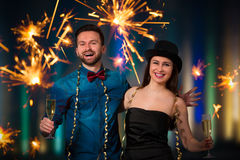 Pares novos com flautas de champanhe imagens de stock