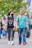 Pares novos com máscara protetora na área de Xidan, Pequim, China Imagens de Stock Royalty Free