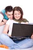 Pares novos com portátil Imagem de Stock