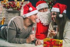 Pares novos com a Santa que comemora o ano novo 2017, Natal Foto de Stock