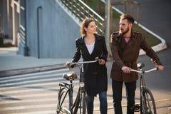 Pares novos com sobre uma bicicleta oposto à cidade fotos de stock