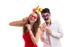 Pares novos com varas do cartão e chapéus da comemoração Fotografia de Stock Royalty Free