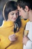 Pares novos com vidros do champanhe Imagem de Stock