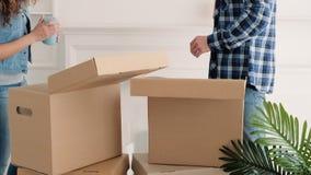 Pares novos da casa movente que desembalam o interior do material filme