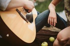 Pares novos da data romântica na natureza Imagem de Stock Royalty Free