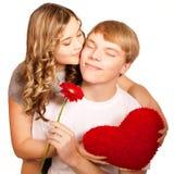 Pares novos de amantes. O homem apresenta a flor. Dia de são valentim fotografia de stock
