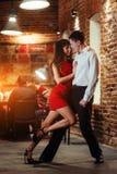 Pares novos de dança em um fundo branco Salsa apaixonado Foto de Stock