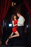 Pares novos de dança em um fundo branco Salsa apaixonado dan Fotografia de Stock