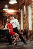 Pares novos de dança em um fundo branco Salsa apaixonado dan Imagem de Stock Royalty Free