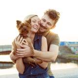 Pares novos de riso com cão pequeno Imagens de Stock Royalty Free