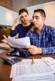 Pares novos desempregados com a revisão dos débitos sua Foto de Stock Royalty Free