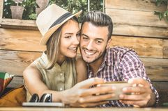 Pares novos do amante da forma no começo da história de amor imagens de stock royalty free