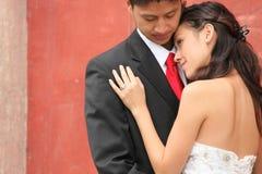 Pares novos do casamento ao ar livre Fotos de Stock