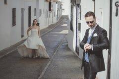 Pares novos do casamento na rua imagem de stock