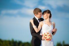 Pares novos do casamento - wed recentemente o noivo e a noiva que levantam o outdoo fotos de stock royalty free