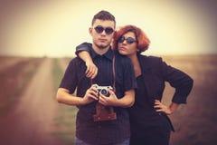 Pares novos do estilo no campo Fotografia de Stock Royalty Free