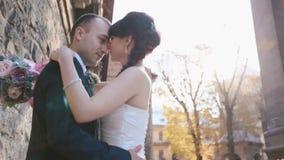 Pares novos do recém-casado que beijam perto da parede velha na cidade velha de Praga opinião do Baixo-ângulo vídeos de arquivo
