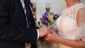 Pares novos dos recém-casados que guardam as mãos vídeos de arquivo