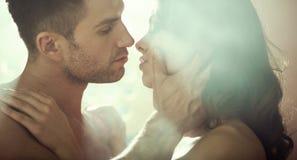 Pares novos durante a noite romântica Foto de Stock Royalty Free