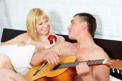 Pares novos e bonitos com guitarra imagens de stock royalty free