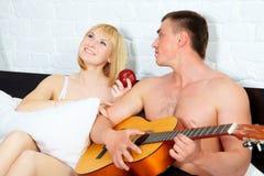 Pares novos e bonitos com guitarra fotografia de stock royalty free