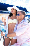 Pares novos e bonitos em umas férias em um barco fotos de stock royalty free