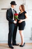 Pares novos elegantes à moda que esperam um bebê Imagem de Stock