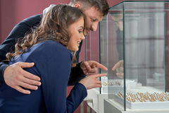 Pares novos em anéis de compra do amor na ourivesaria Fotos de Stock Royalty Free