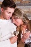 Pares novos em casa, sorrindo Imagens de Stock Royalty Free