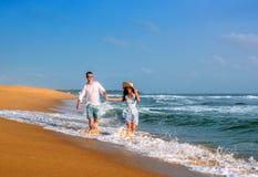Pares novos em férias da lua de mel imagem de stock royalty free