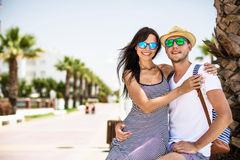 Pares novos em férias na costa de mar Foto de Stock