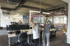 Pares novos em notas interiores da escrita do escritório moderno em etiquetas Foto de Stock