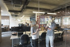 Pares novos em notas interiores da escrita do escritório moderno em etiquetas Fotos de Stock