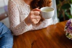 Pares novos em um café no café e no chá bebendo do sótão, sentando-se Café da manhã da manhã no hotel Imagem colhida dos pares em Fotografia de Stock