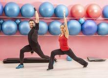 Pares novos em um gym Imagens de Stock