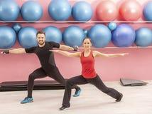Pares novos em um gym Fotografia de Stock Royalty Free
