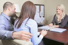 Pares novos em uma reunião - seguro ou banco para Foto de Stock Royalty Free