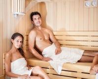 Pares novos em uma sauna fotos de stock