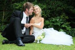 Pares novos encantadores do casamento Imagens de Stock