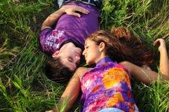 pares novos felizes Fotografia de Stock
