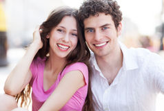 Pares novos felizes Fotos de Stock Royalty Free