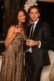 Pares novos felizes com vidros do champanhe imagem de stock royalty free