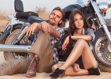 Pares novos felizes do amor no 'trotinette' Imagens de Stock