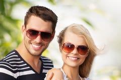 Pares novos felizes nas madeiras Fotografia de Stock Royalty Free